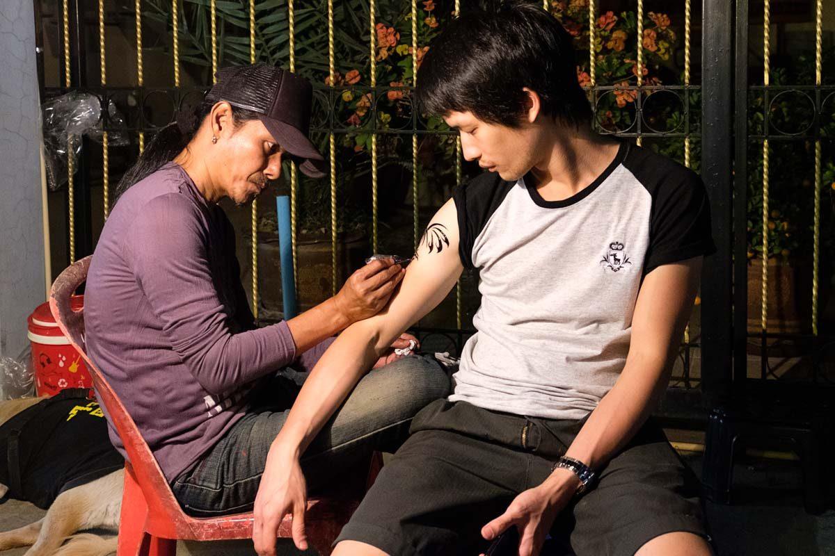 Séance de tatouage dans la rue