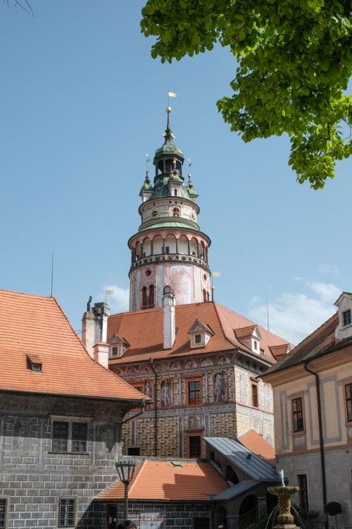 La tour au toit arrondi domine la petite ville médiévale