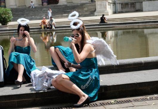 Un groupe d'anges s'est posé au bord du bassin
