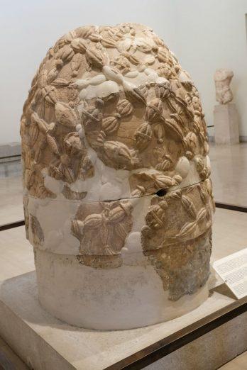 L'Omphalos (le nombril du monde), la pierre sacrée de Delphes (copie)