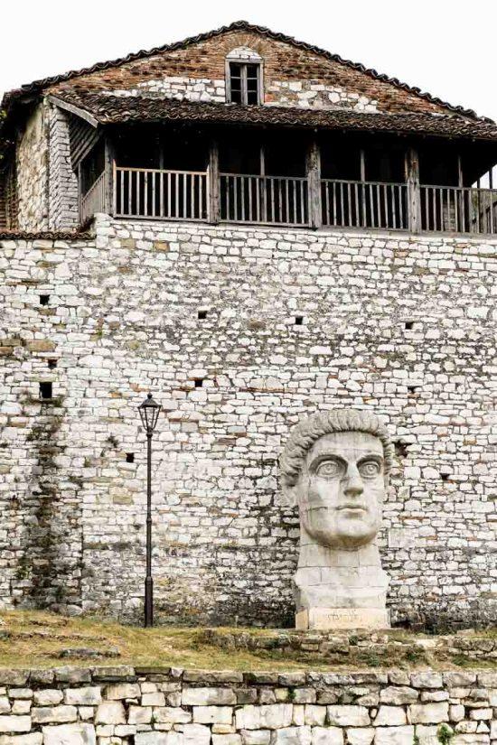 Tête de Constantin le Grand dans la citadelle de Berat
