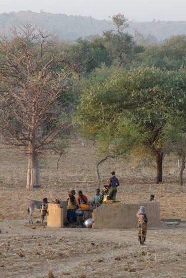 Mali, pays dogon, Néni, femmes au puits