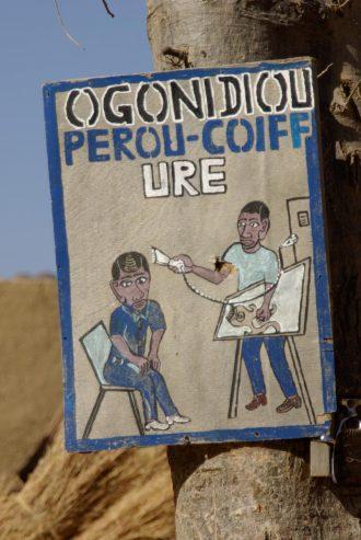 En Afrique, les enseignes de coiffeurs sont toujours savoureuses