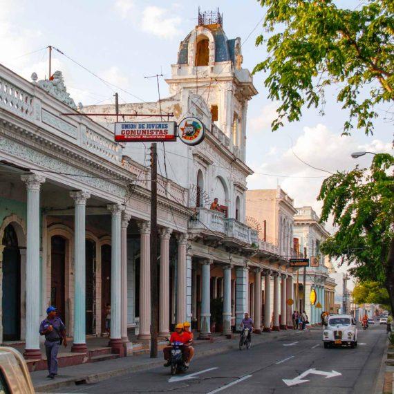 Paseo del Prado, bordé d'édifices aux colonnes peintes dans les tons pastel
