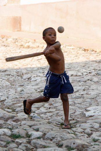 Un joueur de base-ball en herbe