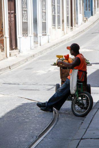 Cuba, Santiago, vendeur de fruits ambulant