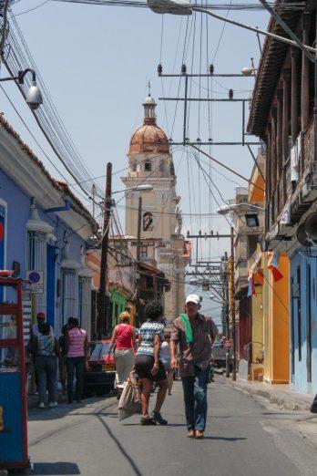 Cuba, Santiago, rue près de la place de la Cathédrale