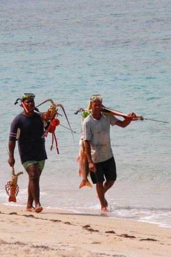 Cuba, Baracoa, pêcheurs plage de Maguana