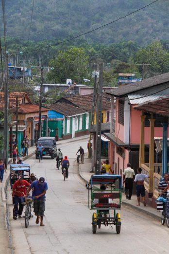 Dans la rue où se trouve notre casa, ça grimpe ! les cyclistes descendent de leur monture...