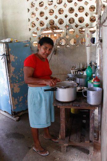 Une petite dame qui cuisine très bien