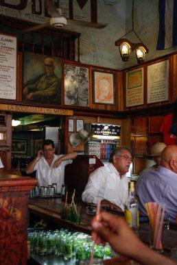 Cuba, La Havane, intérieur de la bodeguita des medio