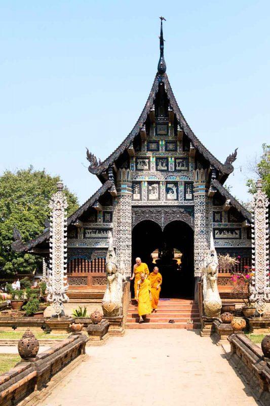 Thailande, Chiang Mai, moines sortant d'un temple