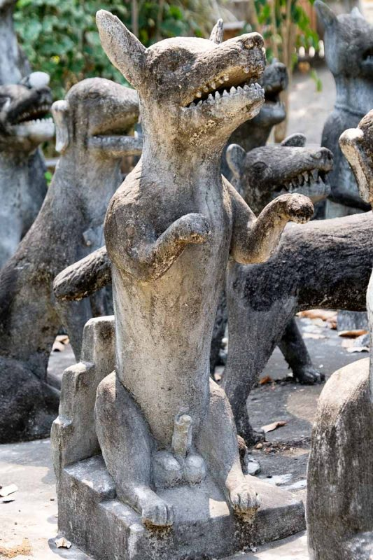 Thailande, Nong Khai, sculpture de chien au Wat Khaek  Sala Keoku