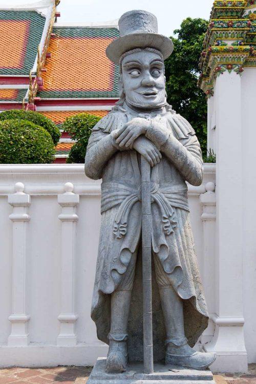 Au Wat Pho, statue de pierre  représentant un voyageur occidental !