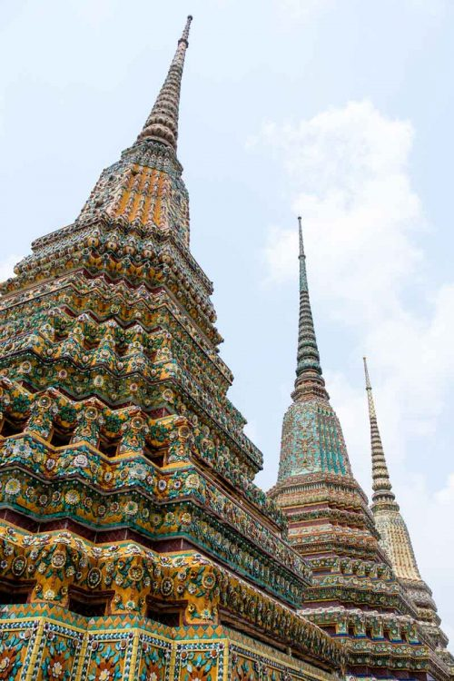 Dans l'enceinte du Wat Pho, quatre grands chedi, recouverts de céramiques très colorées, représentent les premiers rois de la dynastie Chakri.