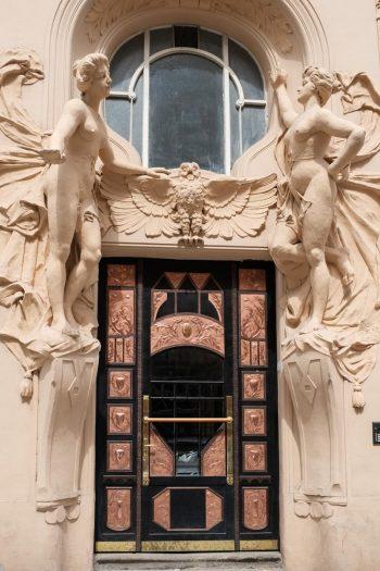 Rép. Tchèque, Prague, porte encadréede femmes nues