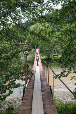 Une longue passerelle franchit la rivière...
