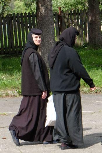 Roumanie,Bucovine,  monastère de Probota, deux nonnes