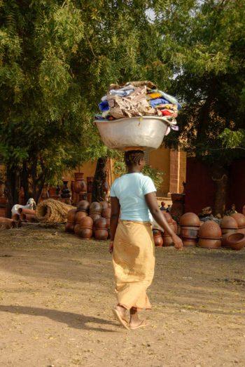 Mali, Ségou, femme avec cuvette sur la tête