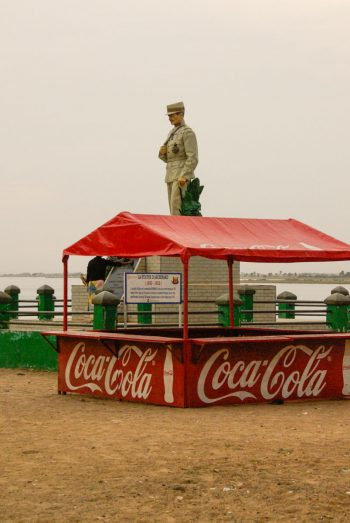 Sur les quais, le général supervise la vente de coca cola !