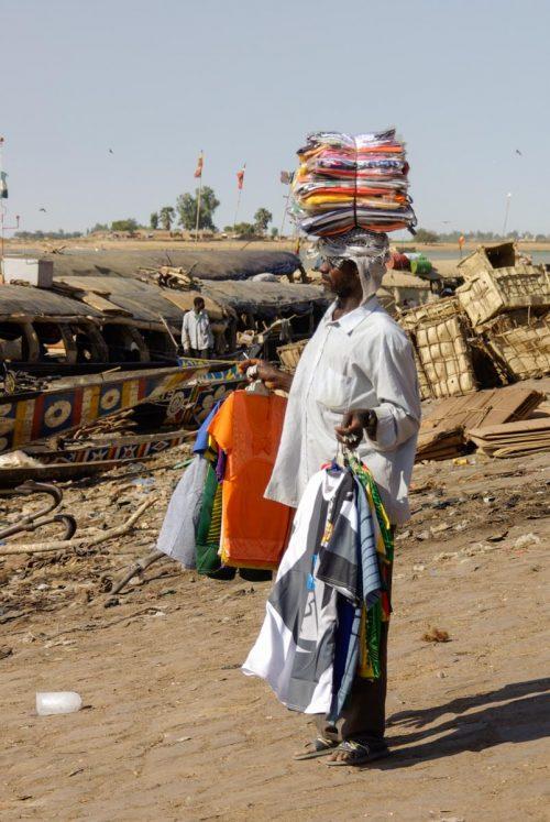 Mali, Mopti, marchand de vêtements