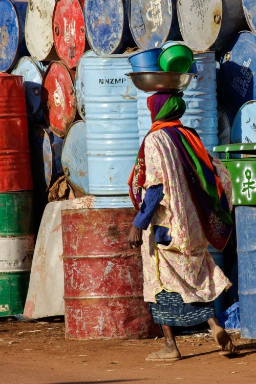 Mali, Mopti, femme devant bidons